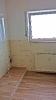 Badezimmer in Holzoptik mit Glasdusche